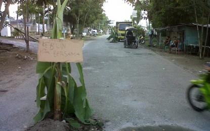Warga Blokade Jalan Kotobangon