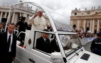"""Paus Fransiskus Akhirnya Singkirkan """"Popemobile"""""""
