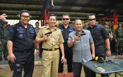 Wagub Kansil dan Walikota Lumentut Latihan Menembak