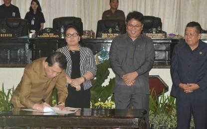 Gubernur Tandatangani Hasil Sidang Paripurna DPRD Sulut
