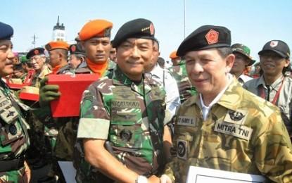 Gubernur Sarundajang Terima Baret dan Brevet dari Panglima TNI