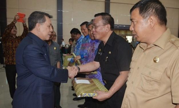 Gubernur SH Sarundajang Serahkan DIPA 2015
