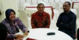 Bupati Minahasa (tengah) diapit Ketua KPK Abraham Samad dan Wali Kota Surabaya (berkerudung)