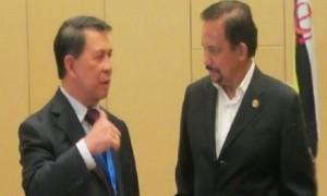 Gubernur SH Sarundajang saat berbincang dengan peserta KTT ASEAN di Malaysia