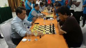 Gubernur Sulut Dr. Sinyo Harry sarundajang (SHS) ketika berhadapan dengan salah satu peserta catur dari FPIK.