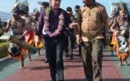 SHS Disambut Tarian Adat di Bandara Manokwari