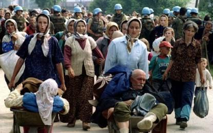 15 Juli 1995, Prajurit Serbia Paksa Muslim di Srebrenica Mengunggsi