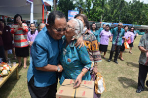 Puncak peringatan Hari Ulang Tahun Lanjut Usia (Lansia) tingkat Provinsi Sulut, yang digelar di halaman Kantor Gubernur Sulut Sabtu (25/7) berlangsung meriah. Setidaknya dua anggota lansia telah menerima bantuan kursi roda dari Wagub Sulut Dr Djouhari Kansil MPd.