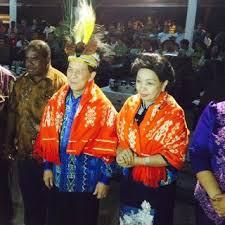 Gubernur SHS beserta Ibu diberi pengalungan bunga kain timur serta gelar suku Moi oleh kepala suku, Lazarus Malagama, dan disaksikan langsung oleh Bupati Sorong, Sefanus Mala beserta istri Ny Nancy Karundeng.