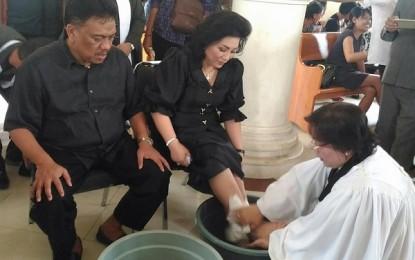 Bersama First Lady, Gubernur Basuh Kaki di Hari Raya