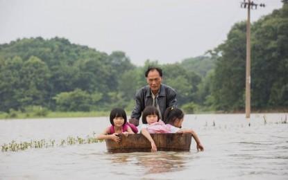 Antar Tiga Cucu ke Sekolah, Kakek Ini Pakai Gentong Mandi