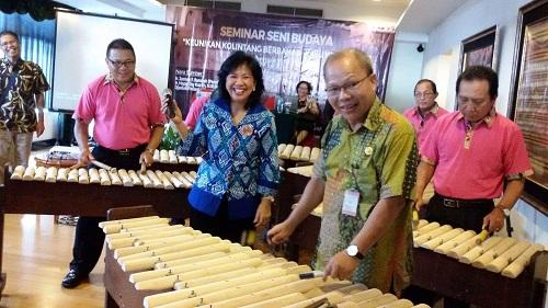 Aksi KadisParBud Sulut Happy Korah di kegiatan Seminar Yayasan Alfred Sundah