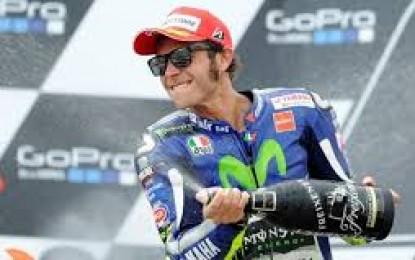 Di Misano dengan Shoey, Rossi Senang Rayakan Podium