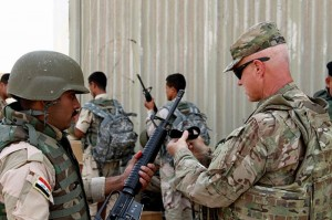 Foto militer AS memberikan instruksi kepada tentara Irak (Foto: Sean Taylor/CJTF-OIR)