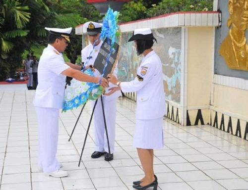 Danlantamal VIII Manado meletakkan karangan bunga di TMP Kairagi Manado