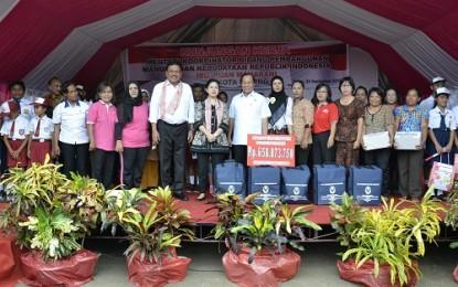 Menteri Puan Didampingi Gubernur Sulut Salurkan Bantuan PKH