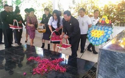 Wagub Kandouw Ziarahi Makam Mantan Gubernur Sulut