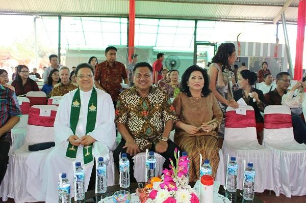 Gubernur Olly Dondokambey SE diapit Ny Rita Tamuntuan (Isteri) dan Ketua Sinode GMIM