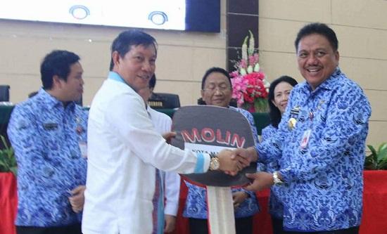 Walikota Manado DR GSV Lumentut DEA saat menerima bantuan kendaraan dari Gubernur Sulut Olly Dondokambey SE