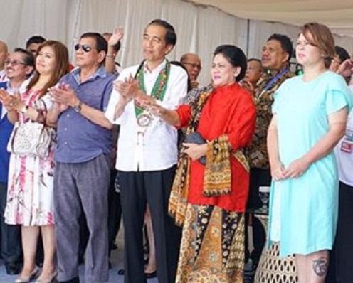 Presiden RI Joko Widodo dan Presiden Filipina Rodrigo Roa Duterte dan Gubernur Sulut Olly Dondokambey SE (belakang pakai batik)