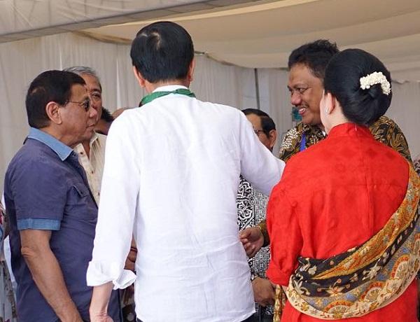 Gubernur Sulut Olly DOndokambey SE saat berbincang dengan Presiden Filipina Rodrogo Roa Duterte dan Presiden RI Joko Widodo