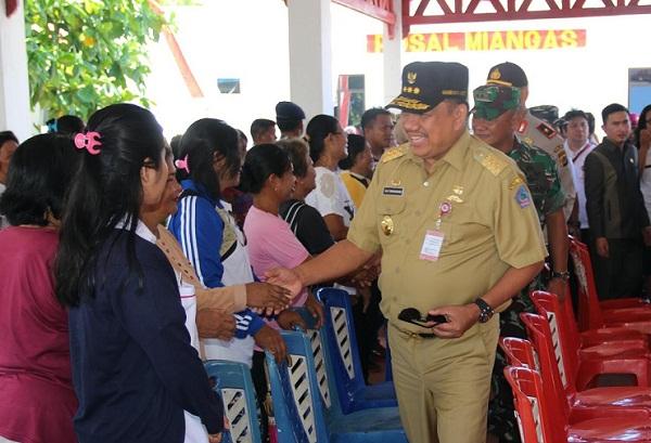 Gubernur Sulut Olly Dondokambey SE saat bersama masyarakat pulau Miangas Kab Talaud