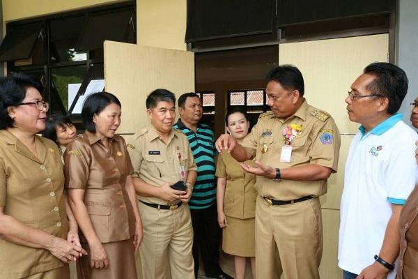 Gubernur Sulut Olly Dondokambey SE didampingi Kadis Dikda Drs Gammy Kawatu MSi saat berkunjung ke SMAN 9 Manado