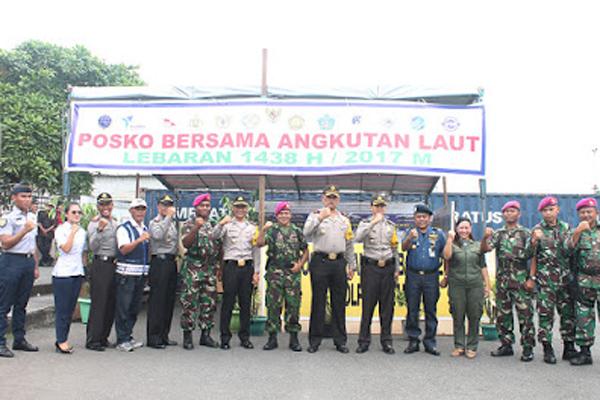 Wakapolda Sulut Brigjen Pol Drs Refdi Andri saat berpose bersama mitra pelayanan di depan Posko bersama