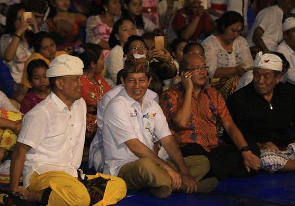 Walikota Manado Dr Ir GSV Lumentut SH MSi, DEA bersama Umat Hindu Kota Manado