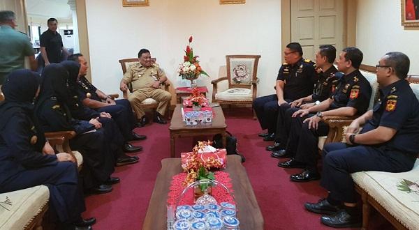 Gubernur Sulut Olly DOndokambey SE saat menerima tim Kanwil Bea Cukai Sulut