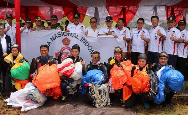 Gubernur Sulut bersama pimpinan lembaga terkait dan para atlit terjun payung