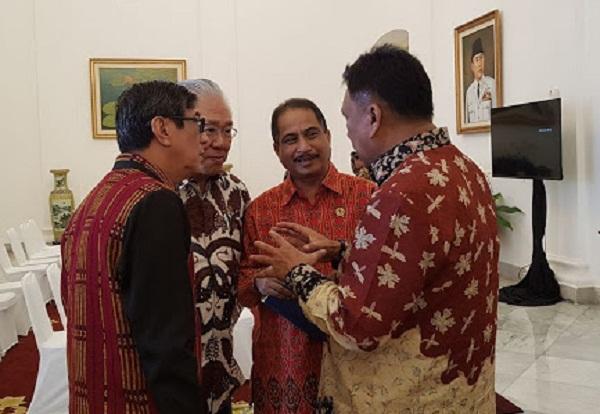 Gubernur Sulut Olly Dondokambey SE saat berbincang dengan sejumlah Menteri