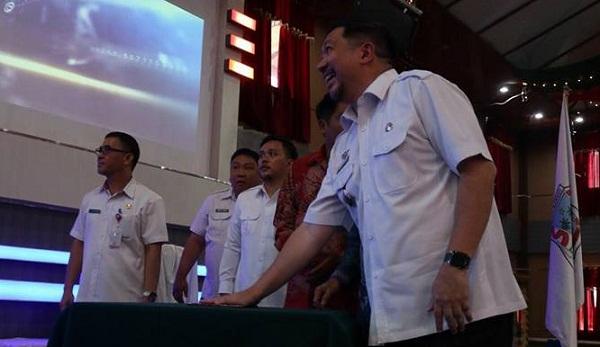 Wakil Walikota Manado Dominus Mor Bastiaan SE saat menekan tombol diresmikannya penggunaan layanan Cal Center Manado Siaga 112