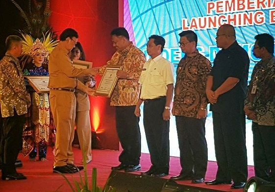 Mendagri Tjahjo Kumolo menyerahkan penghargaan Indeks Demokrasi Indonesia kepada Prov Sulut yang diterima Gubernur Olly Dondokambey SE