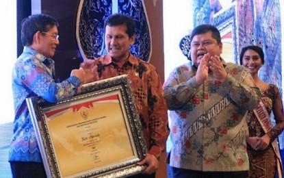 MenPAN/RB Serahkan Penghargaan SAKIP kepada Walikota Manado