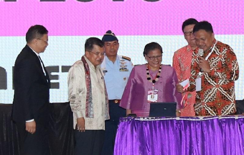 Gubernur Sulut selaku Ketua Panitia Sidang Majelis Sinode GMIM ke 79 tahun 2018 memberikan keterangan terkait sistem teknologi dalam kegiatan Gerejani tersebut, Senin (19/3/2018)