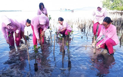 Ny Ruthy Bambang Waskito Pimpin Aksi Bersih Pantai dan Tanam Bakau