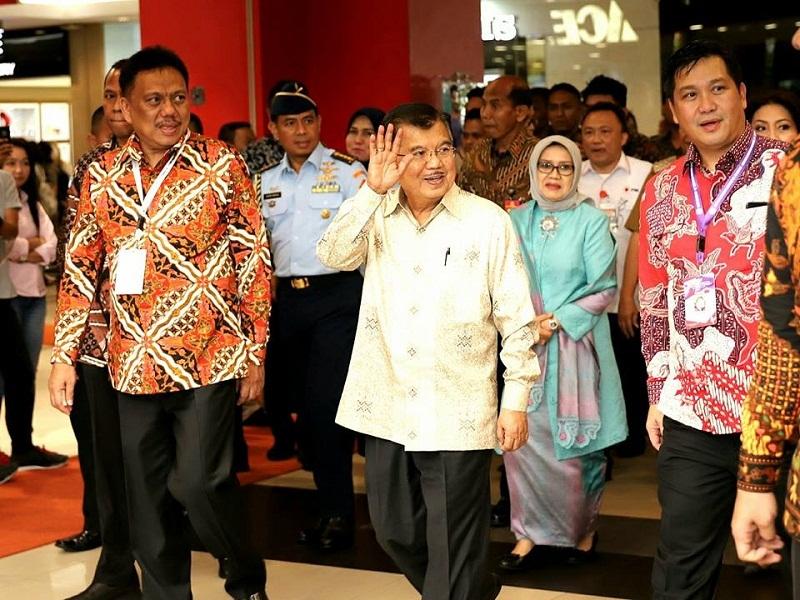 Wapres M Jusuf Kalla dan istri saat diantar Gubernur Olly Dondokambey SE dan Wagub Drs Steven OE Kandouw menuju Kawasan Mantos