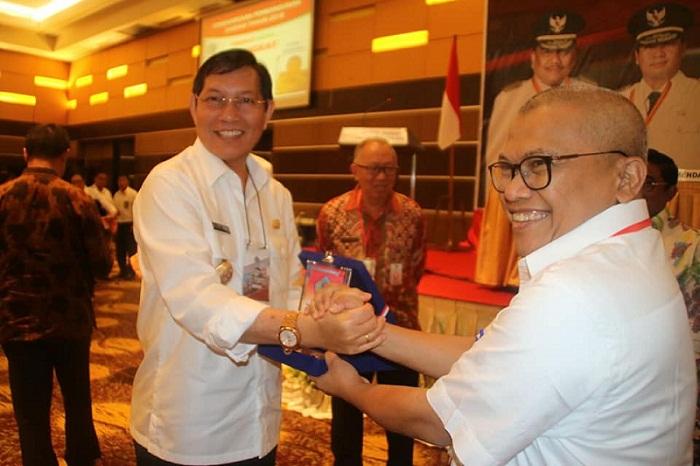 Walikota Manado Dr Ir GSV Lumentut SH MSi DEA saat menerima penghargaan pada pelaksanaan Musrenbangprov Sulut