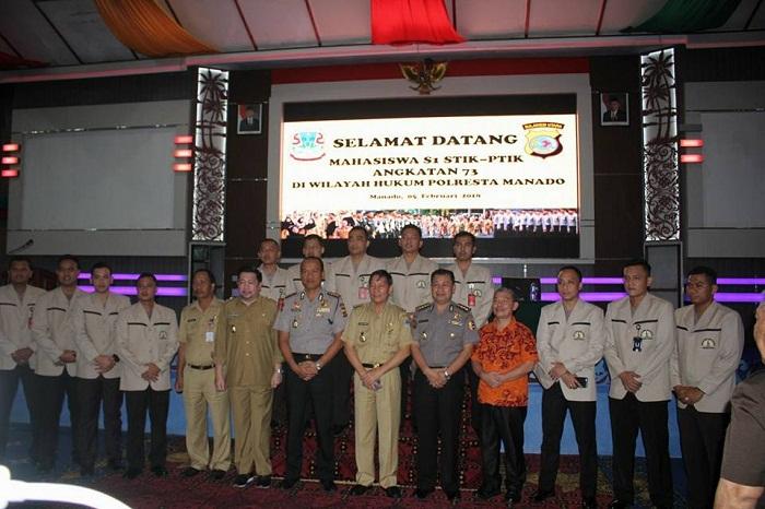 Walikota Manado Dr Ir GSV Lumentut SH, MSi DEA bersama para mahasiswa dan pejabat teras Pemkot Manado dan Polri