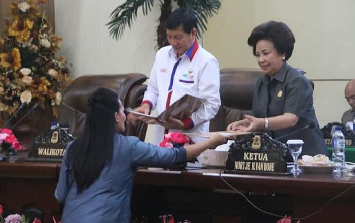 Walikota Manado Dr Ir GSV Luemntut SH MSi DEA bersama Ketua DPRD Kota Manado Noortje van Bone di Rapat Paripurna DPRD Kota Manado
