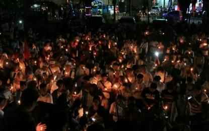 Warga Manado Pasang Lilin untuk Korban Bom Surabaya