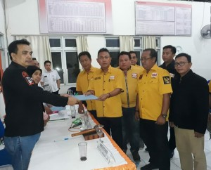 Noldy Lamalo dan penhurus seta bacaleg Hanura menyerehkan berkas pendaftaran ke KPU Bitung