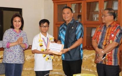 Raih Prestasi Internasional, Taro Roeroe Terima Beasiswa dari Walikota Tomohon