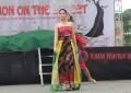 Tampilkan Gaun Bermotif Tradisional, Fashion on The Street Ramaikan Sulut Christmas Festival 2018