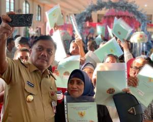 Program Presiden Jokowi Terus Direalisasi, Gubernur Olly Serahkan 1.243 Sertipikat Bidang Tanah untuk Rakyat Bolmong Raya