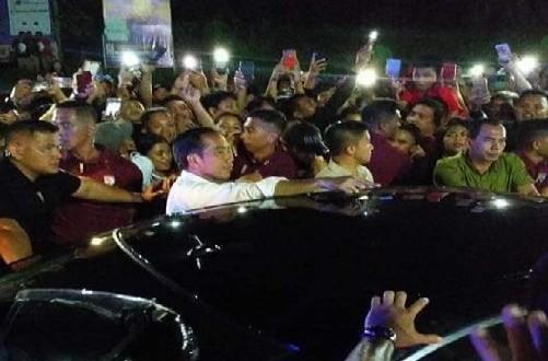 Presiden Jokowi Dihadang Massa Yang Ingin Minta Berfoto