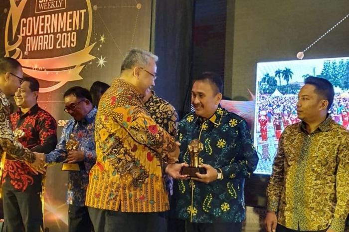 Sekretaris Daerah Kota Manado mewakili Walikota Ir GSV Lumentut SH DEA MSi saat menerima penghargaan