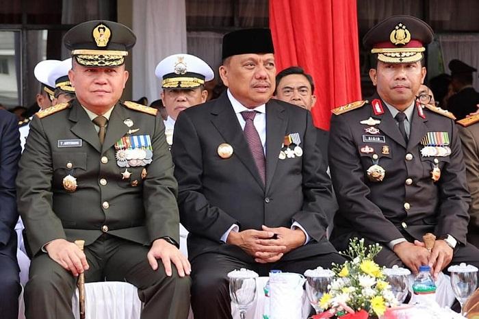 Gubernur Sulut Olly Dondokambey diapit Kapolda Sulut dan PangdamXIII/Merdeka