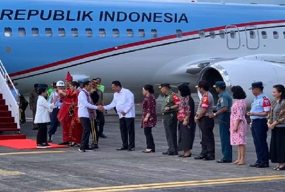 Presiden Jokowi saat disambut oleh Gubernur Sulut Olly Dondokambey SE di Bandara Internasional Sam Ratulangi Manado, Kamis (04/07/2019)